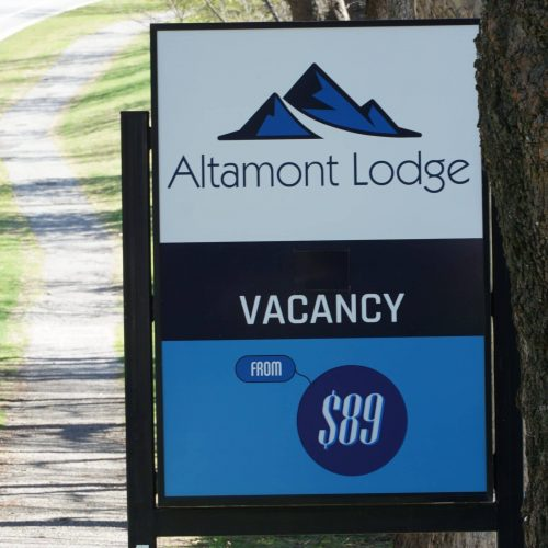 Altamont Lodge Wanaka Vacancy Sign